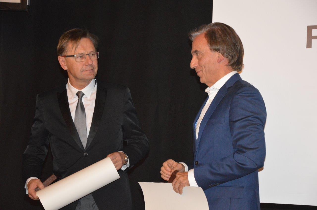 Podczas tej samej uroczystości wręczono Nagrodę Honorową SARP 2013. Otrzymali ją architekci z trójmiejskiej pracowni Arch Deco – Zbigniew Reszka i Michał Baryżewski. Panowie byli już laureatami wcześniejszej edycji konkursu Polski Cement w Architekturze.